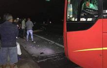 """29 Tết: Xe máy """"kẹp 3"""" tông vào ô tô, 3 thanh niên thiệt mạng"""