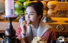 """Kim Tae Hee trong phim mới: 40 tuổi mà như """"lão hóa ngược"""" về những năm đôi mươi nhờ kết thân với kiểu tóc búi củ tỏi"""