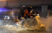 Lâu lắm rồi Hà Nội mới đón giao thừa trong tiết trời xấu thậm tệ, mưa xối xả cả ngày khiến đường ngập như sông