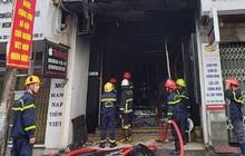 Tiệm áo cưới bốc cháy ngùn ngụt mùng 1 Tết, 2 người mắc kẹt được giải cứu kịp thời