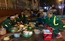 Xúc động hình ảnh bữa cơm tất niên chớp nhoáng ngay ngoài đường phố của các chị lao công tối 30 Tết