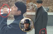 """Phát hiện """"vật thể lạ"""" trên ngón áp út của Hyun Bin ở hậu trường """"Crash Landing On You"""": Anh đã cưới cô nào rồi ư?"""