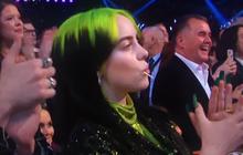"""Diễn không có gì nổi bật nhưng Billie Eilish lại chiếm trọn spotlight vì... mải ăn kẹo mút tới nỗi phát ra cả tiếng """"rộp"""" ngay trên sóng trực tiếp quốc tế!"""