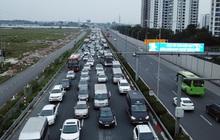 Ảnh: Người dân ùn ùn đổ về Thủ đô ngày mồng 4 tết trong cái lạnh 14 độ, cửa ngõ phía nam Hà Nội ùn tắc kéo dài