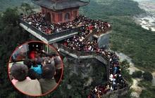 Du khách, phật tử chen nhau lên thuyền và xe điện, gây tình cảnh hỗn loạn và quá tải ở ngôi chùa lớn nhất thế giới tại Việt Nam