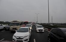 Sau nghỉ Tết người dân ùn ùn trở về Hà Nội, tắc dài trên cao tốc Pháp Vân - Cầu Giẽ