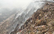 Bé gái 12 tuổi bị chôn sống dưới núi rác cao 30m ở Ấn Độ