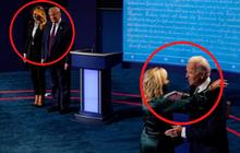 """Phản ứng trái ngược lúc chồng kết thúc tranh luận của 2 phu nhân Mỹ gây chú ý, đặc biệt là hành động """"giằng co"""" của bà Melania Trump"""