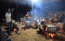 Hình ảnh nấu bánh tét cảm động nhất mùa lũ: người dân Đắk Lắk  gửi 2000 đòn bánh cho bà con miền Trung