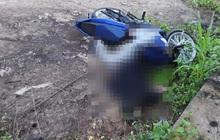 Nam thanh niên chết úp mặt dưới đất, cạnh xe máy ở giữa đường