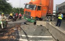 TP.HCM: Dầu nhớt tràn ra đường sau khi xe container ủi dải phân cách, nhiều người trượt ngã