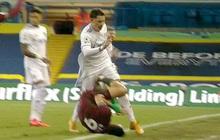 """Trọng tài - VAR điều khiển trận Liverpool lại gây phẫn nộ: Cầu thủ đạp vào """"vùng kín"""" đối phương vẫn thoát thẻ đỏ"""
