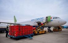 Đội mưa tiếp nhận 6 tấn hàng hóa của TW hội chữ thập đỏ Việt Nam vận chuyển bằng máy bay từ Hà Nội vào Quảng Bình