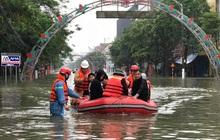 Công an Nghệ An điều 11 ca nô vào Hà Tĩnh cứu hộ người dân