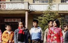 Trung Quốc: Bé trai bị thổi bay khi ném pháo xuống cống