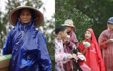 Xót xa cảnh người dân Quảng Bình dầm mưa rét, đứng từng tốp bên quốc lộ để xin hàng cứu trợ vượt qua cơn đói trong trận lũ lịch sử