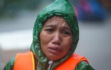 Ảnh: Người phụ nữ ở Quảng Bình lao ra dòng nước lũ xin đồ ăn cho mẹ già bật khóc khi được cứu hộ khỏi ghe lật