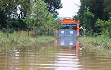 Trường học Hà Tĩnh mênh mông nước, giáo viên tranh thủ tham gia cứu trợ