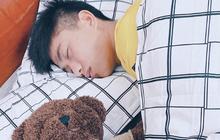 """Xa vợ vài ngày, Văn Đức đã ôm """"gấu"""" mới ngủ ngon lành"""