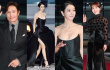 """Thảm đỏ """"nóng"""" nhất hôm nay: """"Điên nữ"""" Seo Ye Ji bức tử vòng 1 như sắp tràn, đè bẹp tài tử Lee Byung Hun và dàn sao Ký Sinh Trùng"""