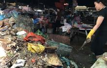 """CLIP: Nước rút, tiểu thương chợ Hà Tĩnh """"chết lặng"""" vì hàng trăm tấn hàng biến thành rác"""