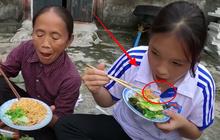 """""""Khách ăn chực"""" nhà bà Tân Vlog bị netizen tố nhè đồ ăn mà nói dối """"ngon lắm"""": Vì góc quay hay vì đồ bà nấu có vấn đề đây?"""