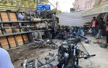 Đà Lạt: Ô tô tải mất thắng lao xuống dốc, lùa hàng loạt xe máy rồi lật nghiêng khiến nhiều người kinh hãi