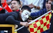 """CĐV Nam Định gây tranh cãi khi mỉa mai trọng tài theo cách kỳ lạ: Đóng giả làm """"vua áo đen"""" cho mọi người xử phạt trên khán đài"""
