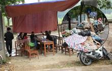 """Người dân chặn xe vào bãi rác Nam Sơn: """"Mấy chục năm nay chúng tôi đã quá khổ rồi, ruồi nhặng nhiều khiến có hôm phải chui vào màn ăn cơm"""""""