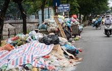"""Ảnh, clip: Người Hà Nội lại """"ngộp thở"""" vì rác thải chất thành đống, công nhân môi trường phải rắc vôi trắng để tạm xử lý mùi hôi"""