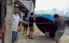 Ngư dân Bình Định tấp nập gia cố tàu thuyền tránh bão số 9 đang vào bờ
