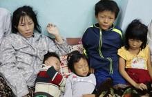 """Từ tâm bão Quảng Ngãi: Chồng tâm thần cùng vợ đưa 4 con chạy bão, căn nhà nhỏ mặc kệ """"gió lung lay"""""""