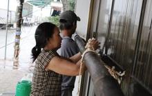 """Người dân ven biển Quảng Ngãi cố chằng chống nhà cửa trước khi bão số 9 đổ bộ: """"Giờ nhà cửa mình đã cố giữ, nếu mất thì đành chịu thôi"""""""