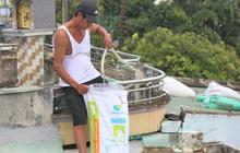 Người dân Quảng Nam bơm nước vào túi, can nhựa chằng chống nhà cửa trước bão số 9