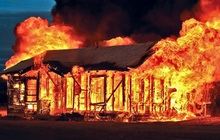 Yên Bái: Say rượu, tự đốt nhà mình khiến hàng xóm tử vong