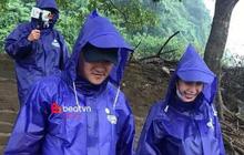 Hình ảnh đẹp: Công Vinh - Thủy Tiên mặc áo mưa, hạnh phúc nắm chặt tay nhau cùng đi cứu trợ miền Trung