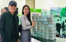 """Công Vinh """"đếm tiền liệt tay"""" vẫn vui cười khi cùng Thủy Tiên đi trao tiền cho người dân Quảng Bình"""