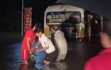 Liều lĩnh chạy vào đường ngập, xe buýt Hà Tĩnh bị nước lũ cuốn trôi