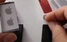 """Video hài hước: Đập hộp iPhone 12 mini """"đúng nghĩa"""", nhỏ đúng bằng 1 đốt ngón tay"""