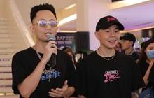 Binz và Rhymastic quên bài khi diễn ca khúc chủ đề Rap Việt, đang trôi flow ngon lành bỗng không nhớ lời đành... cười trừ