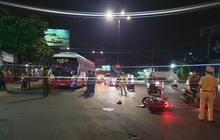 Bình Dương: Chạy xe máy băng qua đường, cả gia đình 3 người bị xe tông khiến bé trai 5 tuổi tử vong