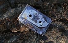 Người phụ nữ tình cờ phát hiện cuộn băng mình đánh rơi xuống biển cách đây 25 năm tại một triển lãm và vẫn chạy nhạc ngon lành