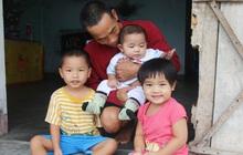 """Vợ mất sau khi sinh, chồng một nách ôm 3 đứa con khờ dại: """"Sao ba để mẹ ngồi đó mà không xuống chơi với con"""""""