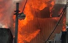 Xưởng mộc ở Hà Nội bùng cháy kinh hoàng, khói lửa bốc cao hàng chục mét