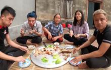 Sau lần ăn một mình một con cá sấu, bà Tân Vlog quyết định nướng hẳn một con siêu to khổng lồ để mời mọi người nhưng chỉ có vài đứa cháu đến