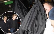 """""""Ca"""" tránh paparazzi khó đỡ nhất Hollywood: Taylor Swift và bạn trai tài tử trùm kín ô, nhìn tưởng 2 chiếc dù tự di chuyển"""