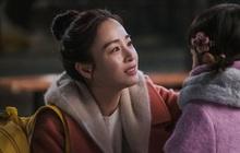 """Phim mở màn quá hot, HI BYE, MAMA hào phóng tung ảnh """"mẹ ma"""" Kim Tae Hee khóc hết nước mắt ngày hội ngộ con gái"""