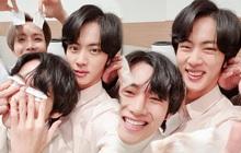 """Quân đoàn trai đẹp BTS quyết quậy """"banh nóc"""" để cản trở Jin selfie, ai ngờ nhan sắc thật lồ lộ trước camera"""