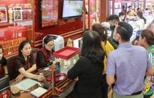 Giá vàng tụt dốc cực mạnh chỉ sau một đêm, người dân Hà Nội đổ xô đi bán