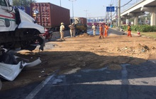 TP.HCM: CSGT tích cực rải cát xử lý dầu nhớt tràn trên đường, nhiều người cảm kích